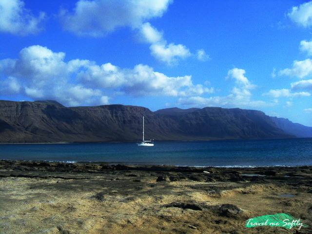 Risco de Famara desde la isla de La Graciosa