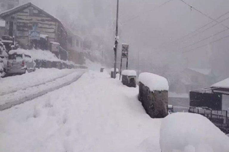 Heavy Snowfall In Manali