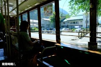 猿游號巴士設有向街的座位,不過夏天似乎無甚景觀可言。