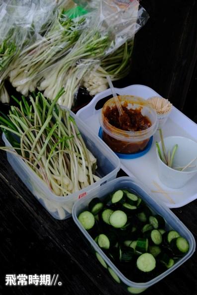 其中一間店鎮可讓遊人免費試食蕎麥麵的醬料,還附上配料。