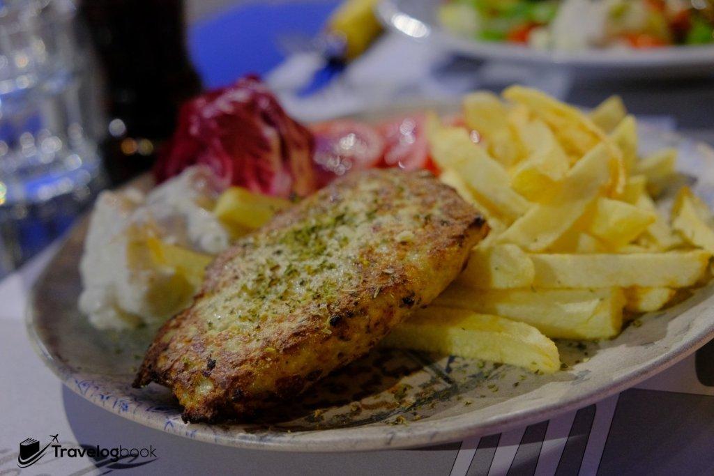 Fixed menu套餐之一,有火雞、薯條、乳酪醬加汽水。12歐元