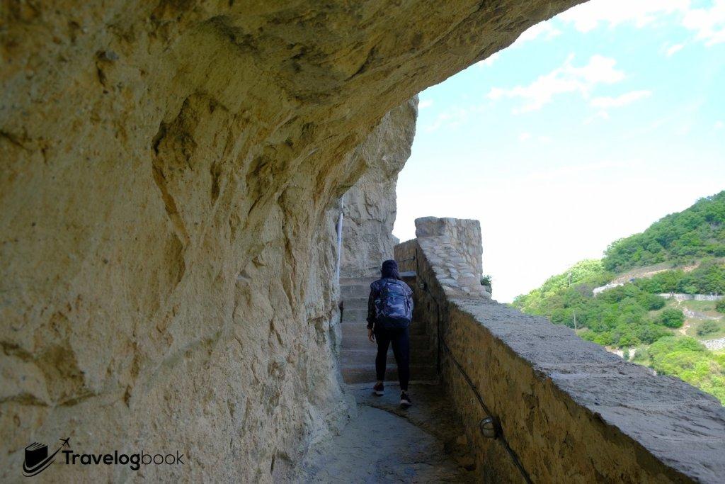 Holy Trinity Monastery的通道都鑿石而建。