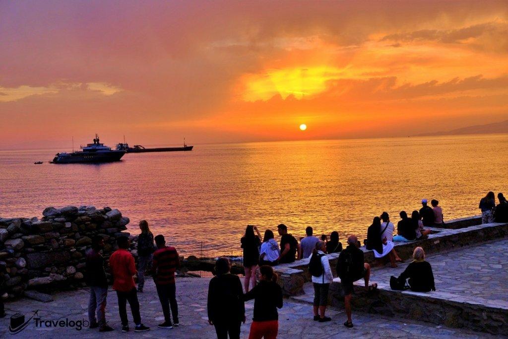 黃昏時分,在海邊等待夕陽的人群。