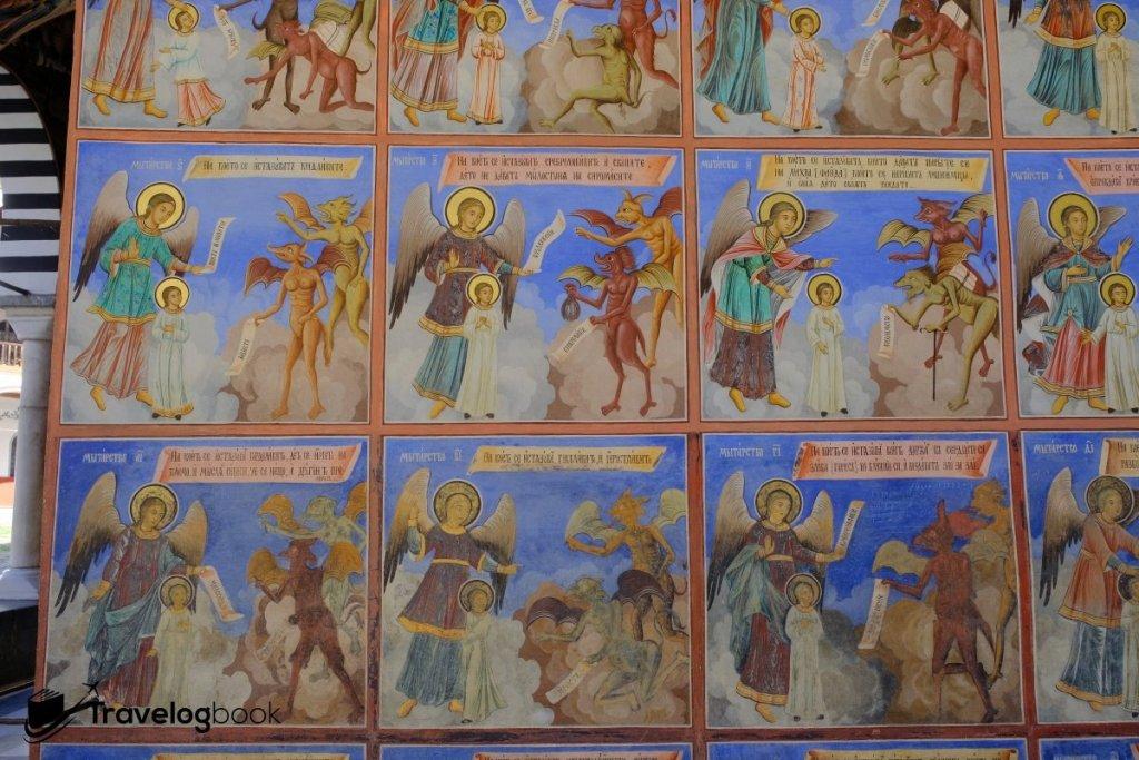教堂外的壁畫都是聖經故事。
