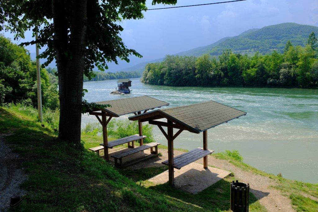 河岸設有涼亭和座位,不妨在這裏靜待日落。