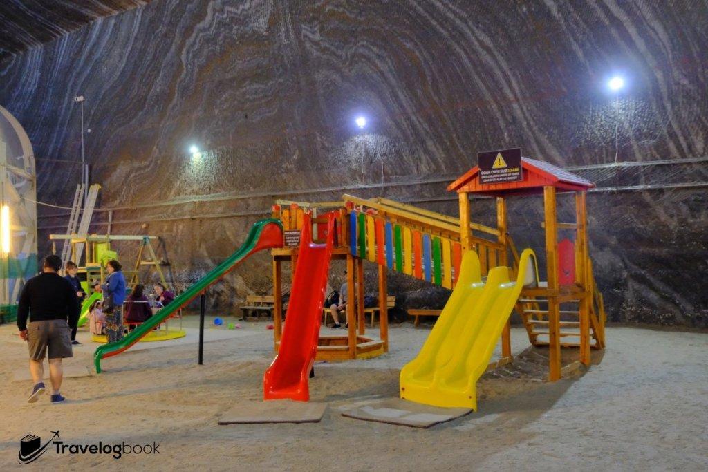 設有兒童遊樂場任玩。