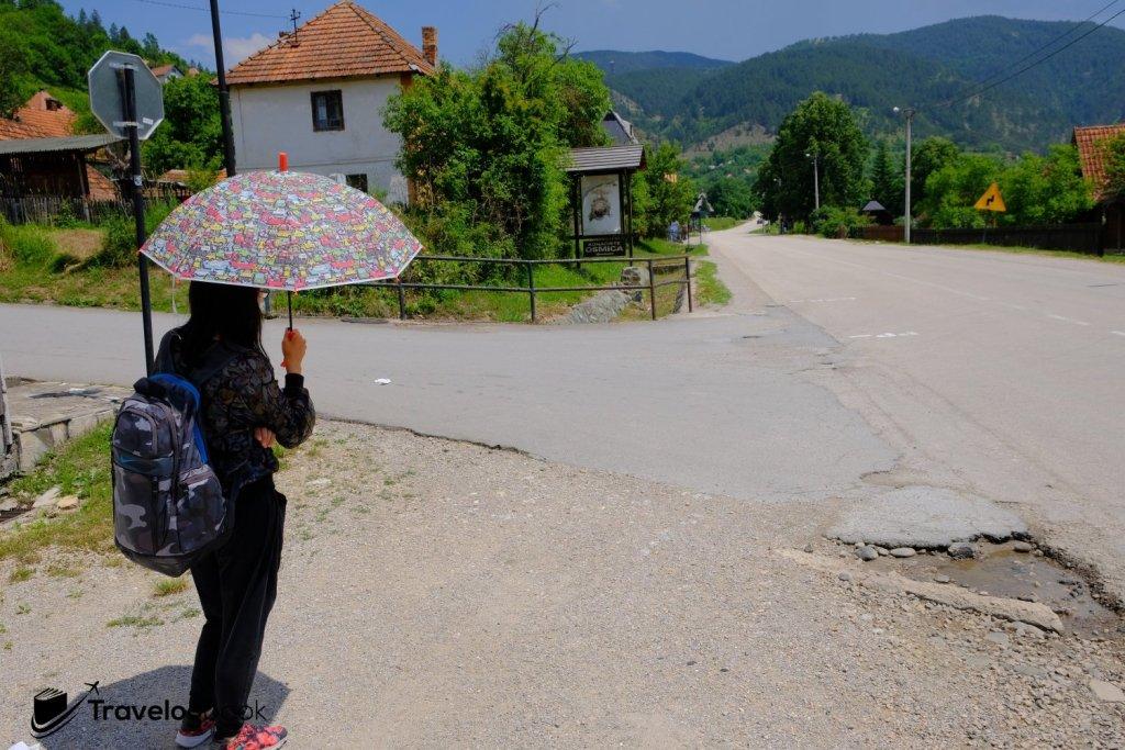 在木頭城下等待前往Visegrad的巴士有很多不確定因素,如班次是否準確、等車位置等,而且想找個懂英語的當地人問問也難。