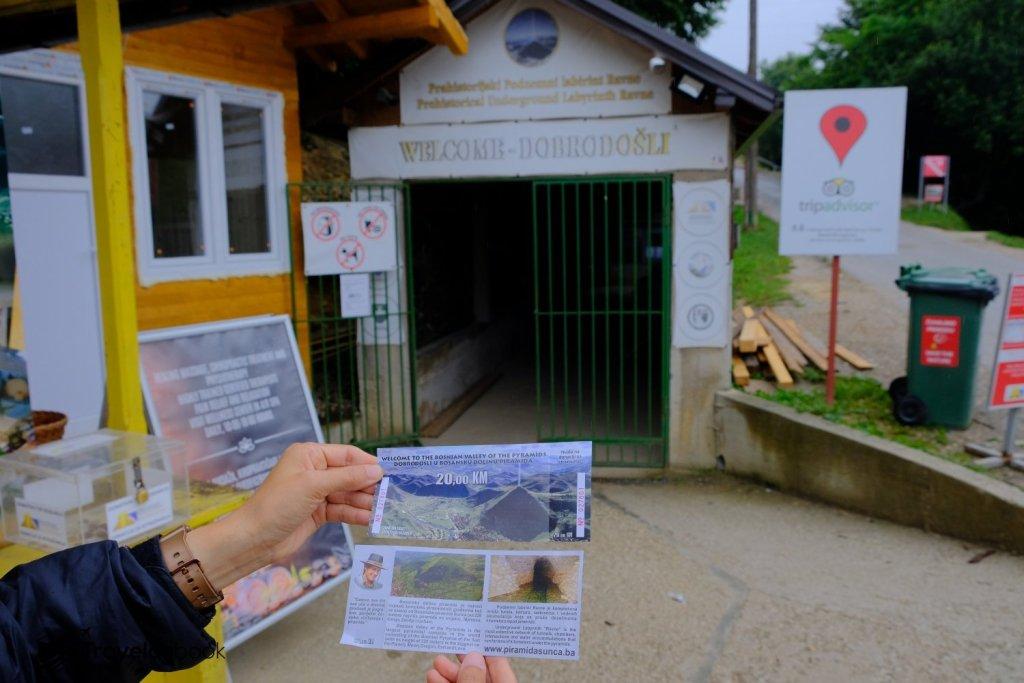 史前迷宮地道(Underground Labyrinth Ravne)的入口及導賞門票。