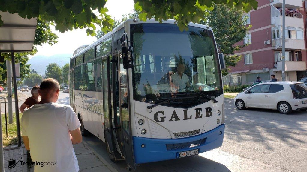 在KAM超市前可乘搭前往北馬其頓邊境的巴士。