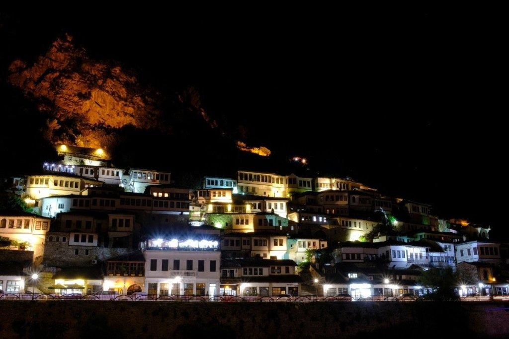 夜幕下的千窗之城。