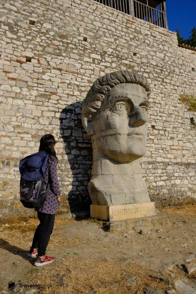 巨型的君士坦丁石像,是指定的打卡位。