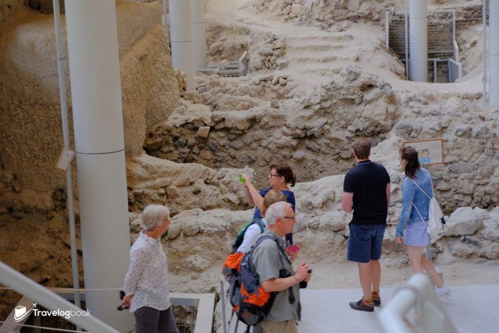 除了環繞古迹的通道,旅人還可進城近距離參觀。
