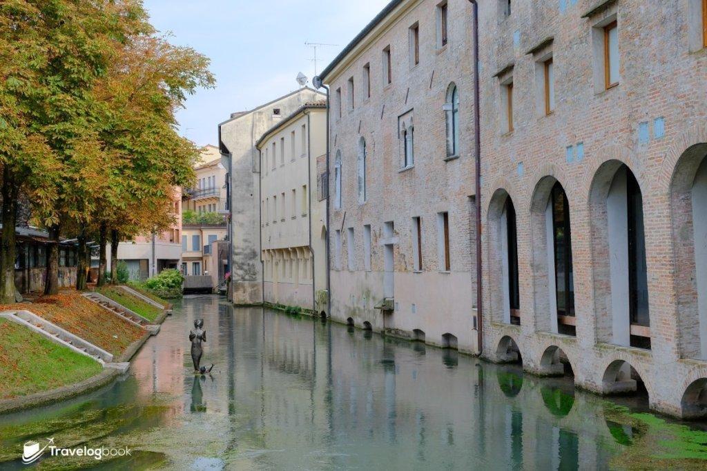 Pescheria魚市場周邊是中古世紀風格的建築。