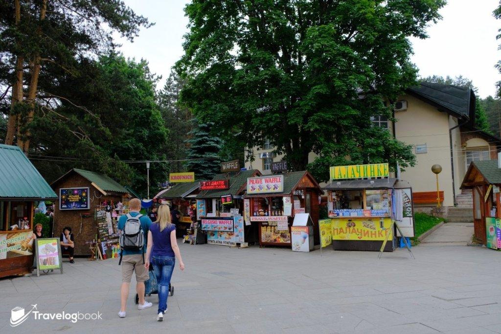 廣場旁和湖邊也有售賣小食或傳統物品的攤販。