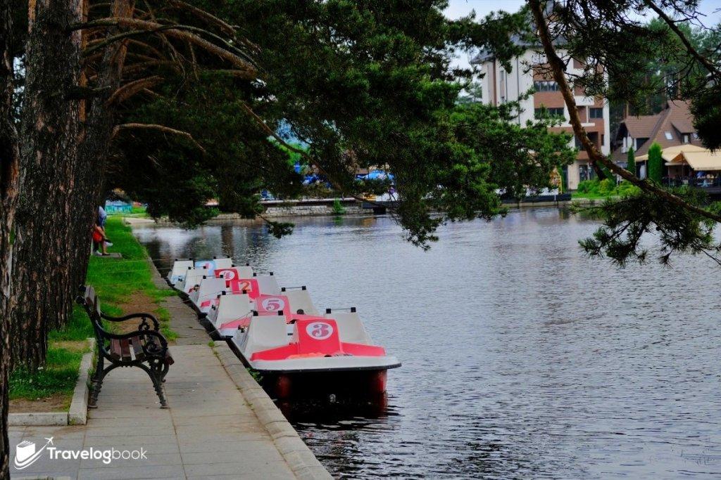 湖邊有腳踏小艇出租,要玩一下嗎?