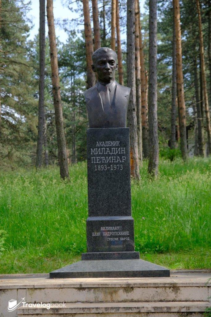The Monument to Miladin Pećinar:紀念生於茲拉蒂博爾山區的水利工程師和學者Miladin Pećinar的鑄像。
