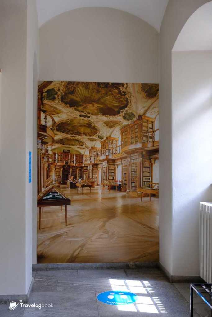 門外有張圖書館的布景板,彌補旅人在裏面不能拍攝的遺憾。