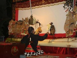 Duet Dua Dalang Pentaskan Wayang Kulit 'Sesaji Raja Suya'