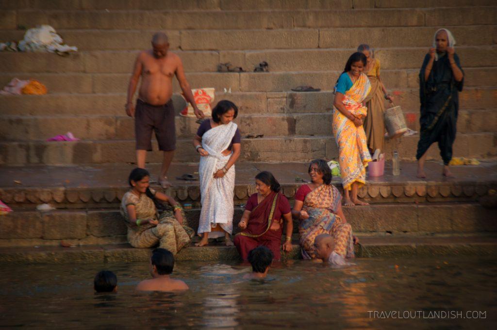 Women-bathing-in-Ganges-River