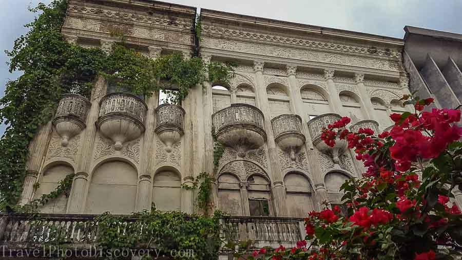 Ruined façade along the shopping promenades in Casco Viejo, Panama City