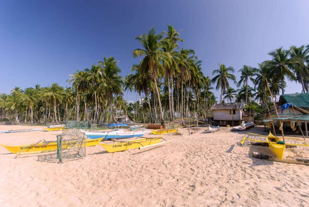 The fishing village along Nacpan Beach, El Nido