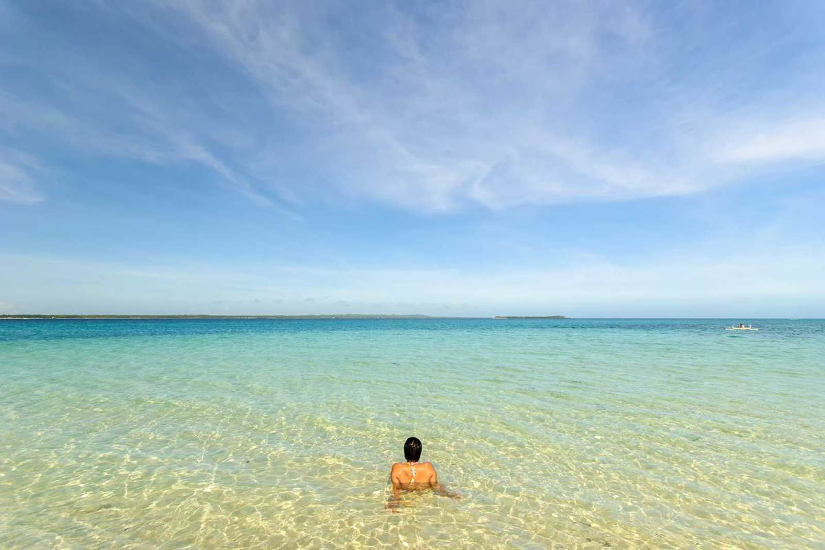 Crystal clear waters of Hilantagaan Island, Virgin Island on the horizon, Bantayan Island