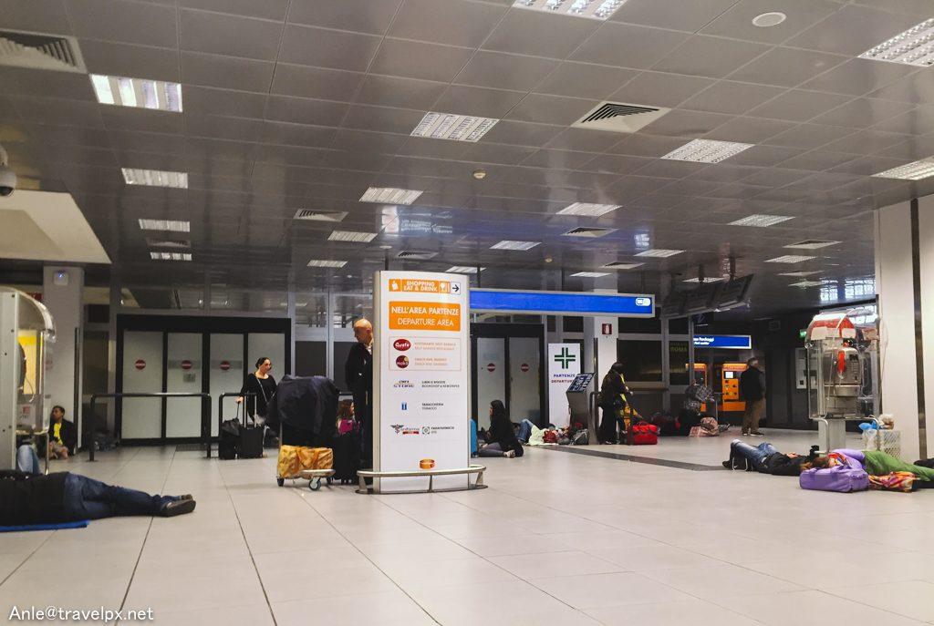 Cảnh ngủ ở sân bay Ciampino - Rome