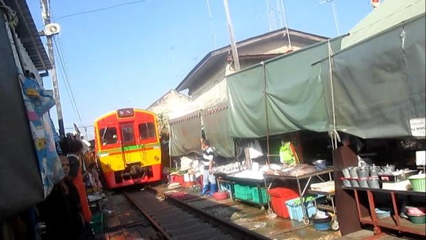 maeklong-market1