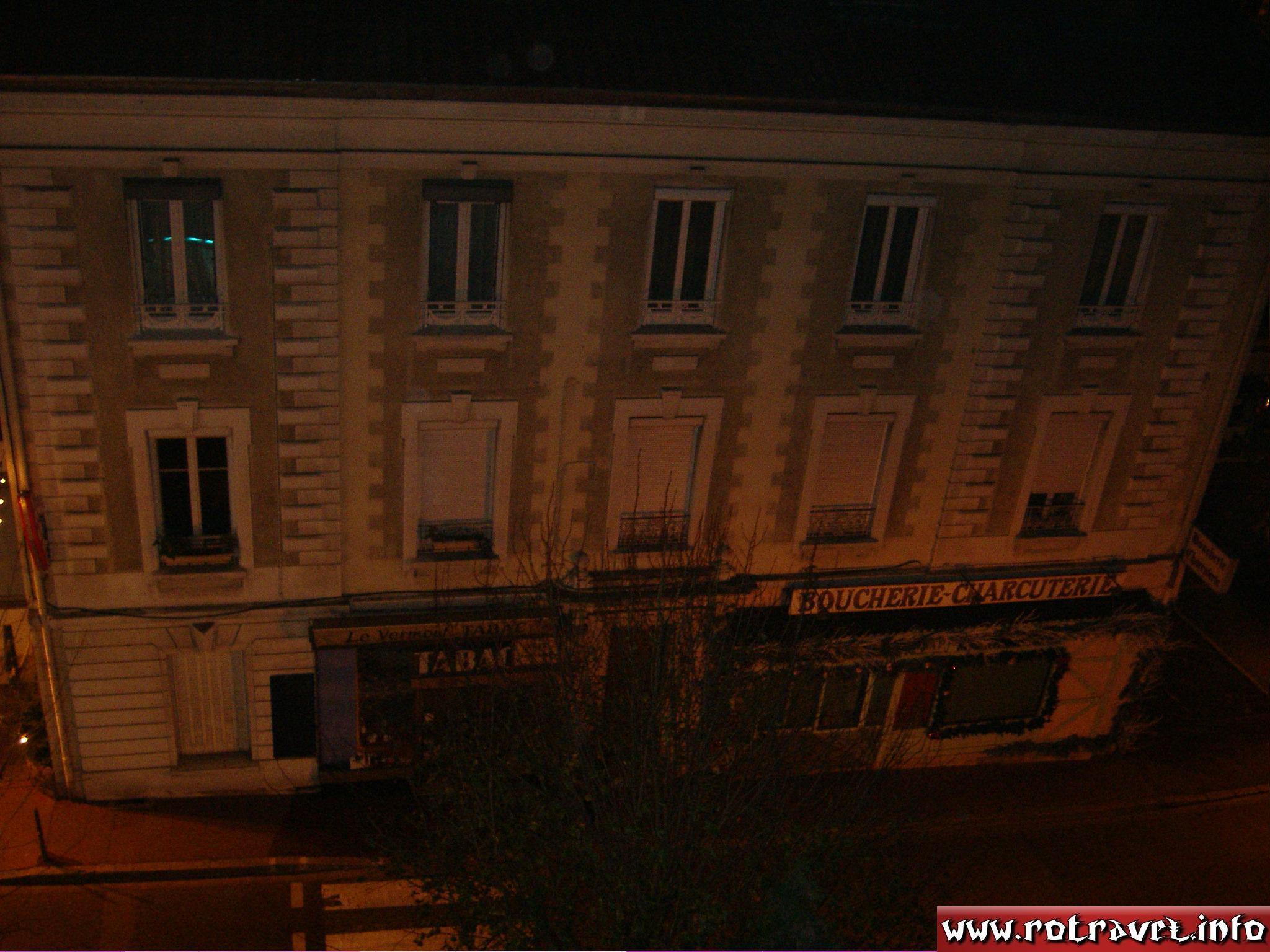 A building with a butcher's shop and charcuterie in Charbonnières-les-Bains