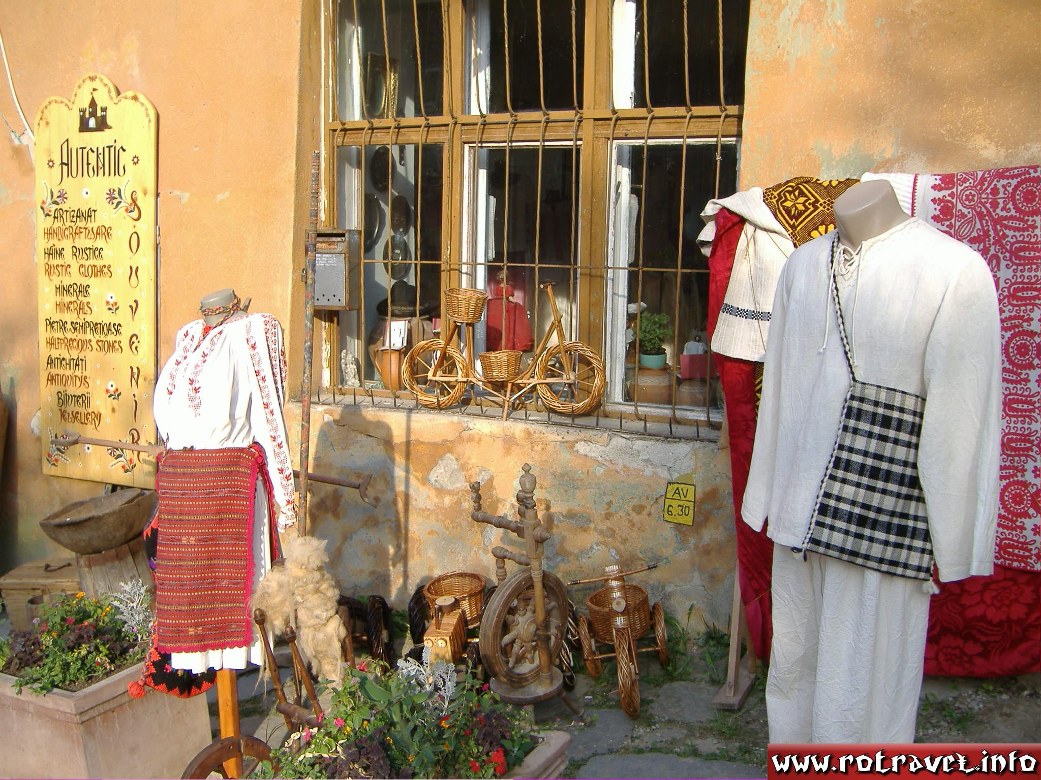 A good shop with folkloric souvenirs from Transylvania.