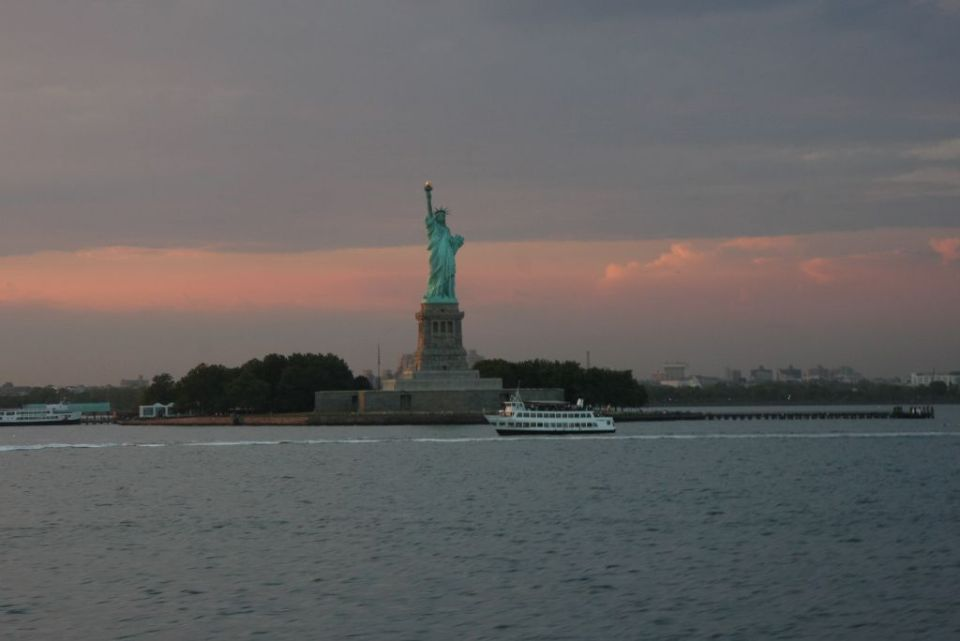 Freiheitsstatue von der Staten Island Ferry aus in der Abenddämmerung