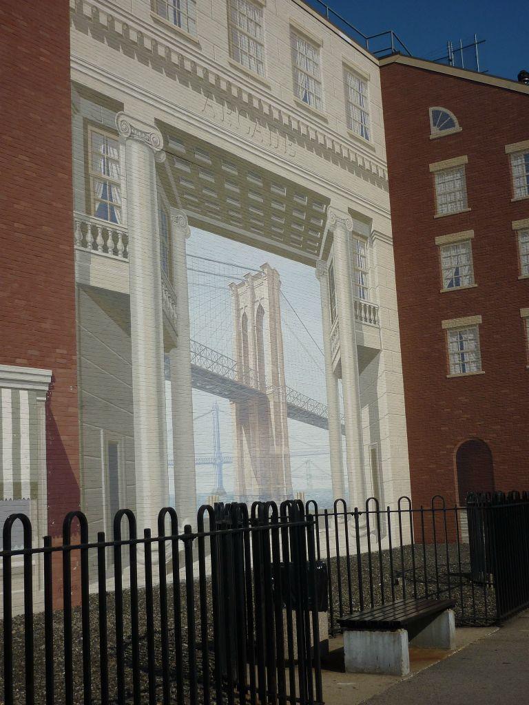 Häuserfassade mit gemaltem Bild von der Brooklyn Bridge_New York