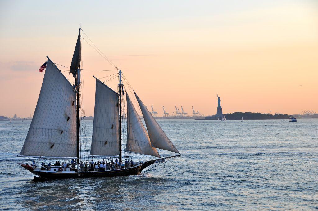 Segelschiff in der Abenddämmerung mit Freiheitsstatue im Hintergrund NY