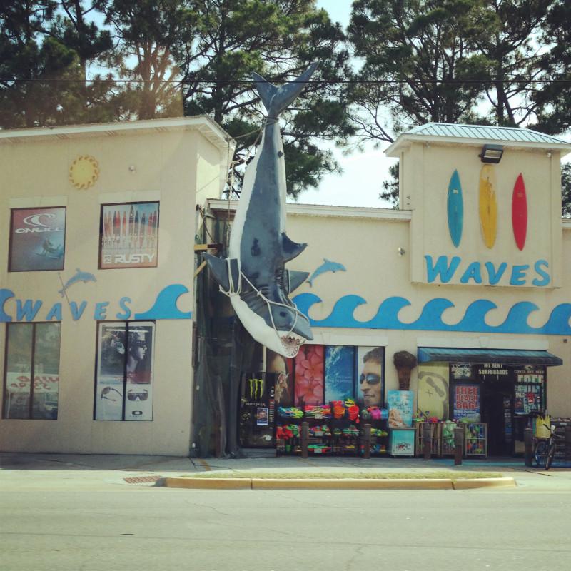 Surfshop mit riesigem Hai an der Fassade Roadtrip USA