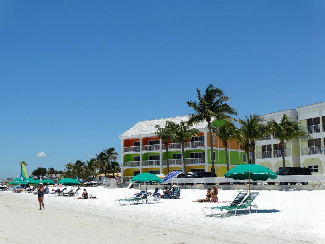Knallbuntes Hotel am Strand von Fort Myers