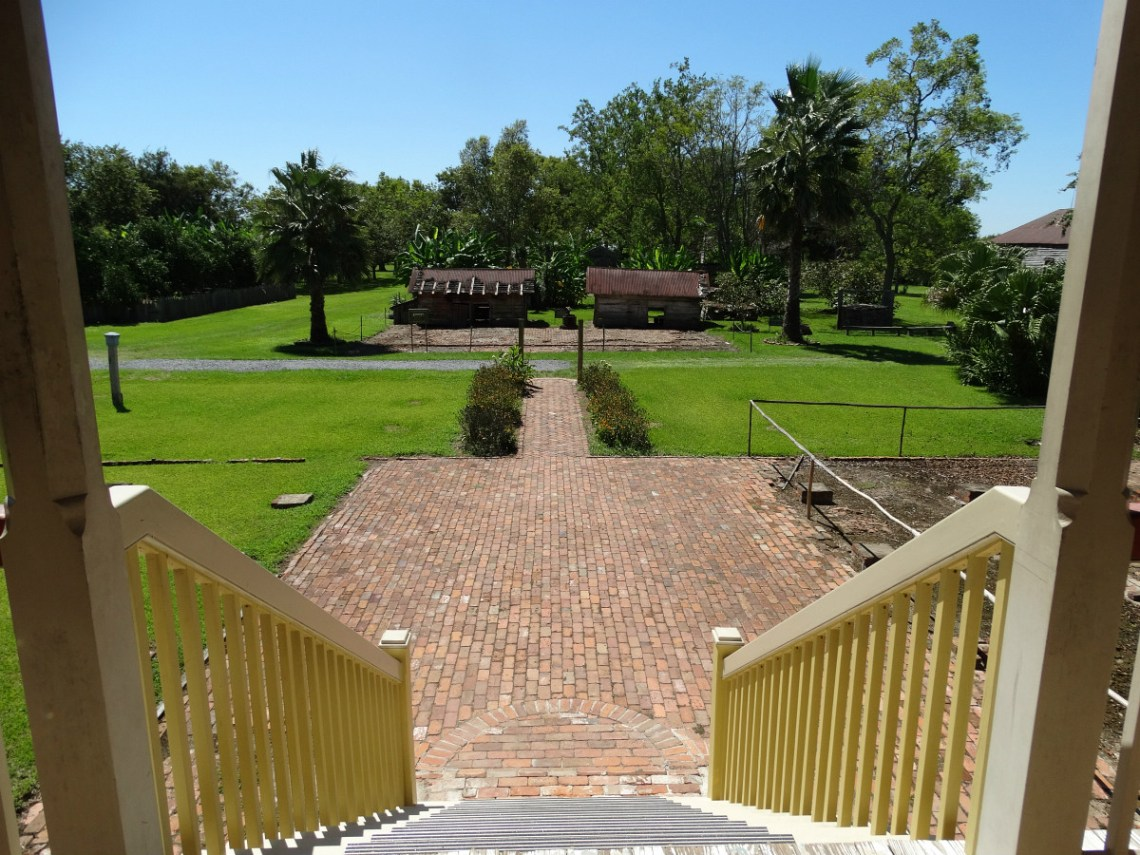 laura-plantation-stairs-to-backyard