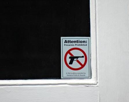 ... wie überall ein kleines Hinweisschild...