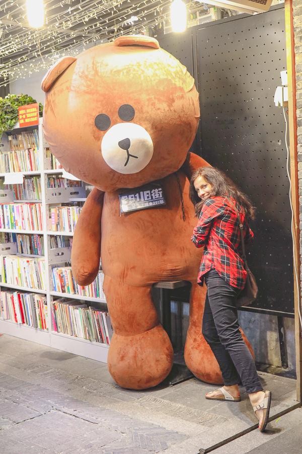 Hallo Kitsch! Riesen-Teddy - nein, das war kein Spielzeugladen!