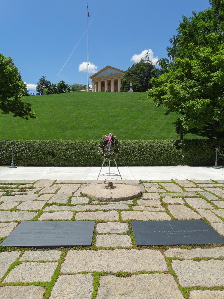 Die Gräber von John F. Kennedy und Jackie Kennedy Onassis mti der Ewigen Flamme und dem Arlington House