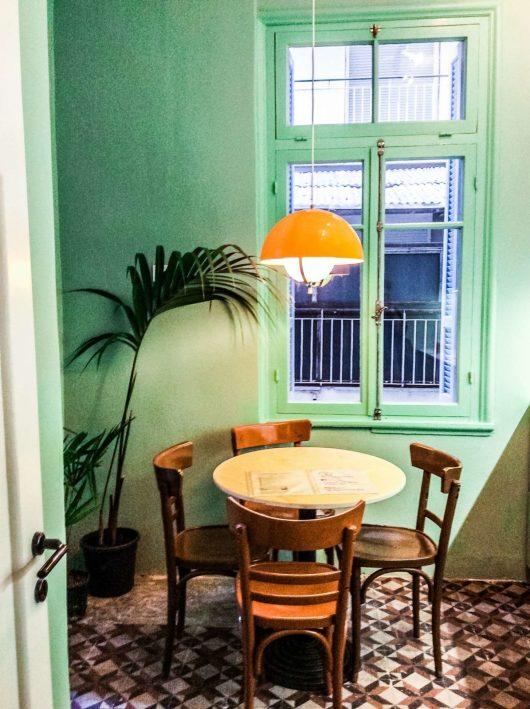 Εσωτερικό διαμερίσματος με αυθεντικά vintage πλακάκια σε art deco πολυκατοικία επί της λεωφόρου Νίκης