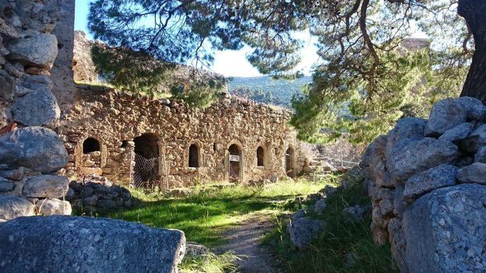 Travels by Travelers Αναζητώντας ένα μάντη στην ακροθαλασσιά του Κορινθιακού Αθήνα & Αττική Επί τροχών Διαδρομές  Πόρτο Γερμενό