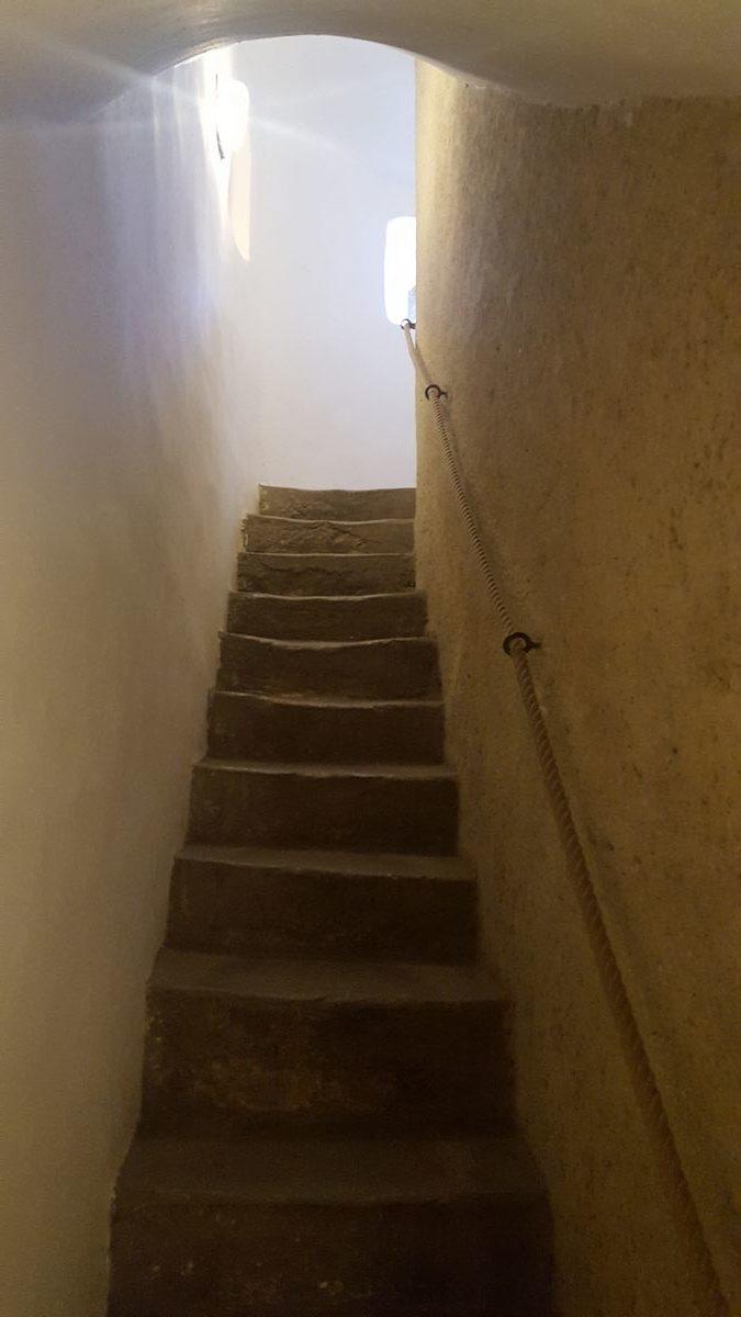 waskie schody na wieze