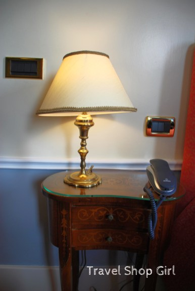 Lamp/table in room