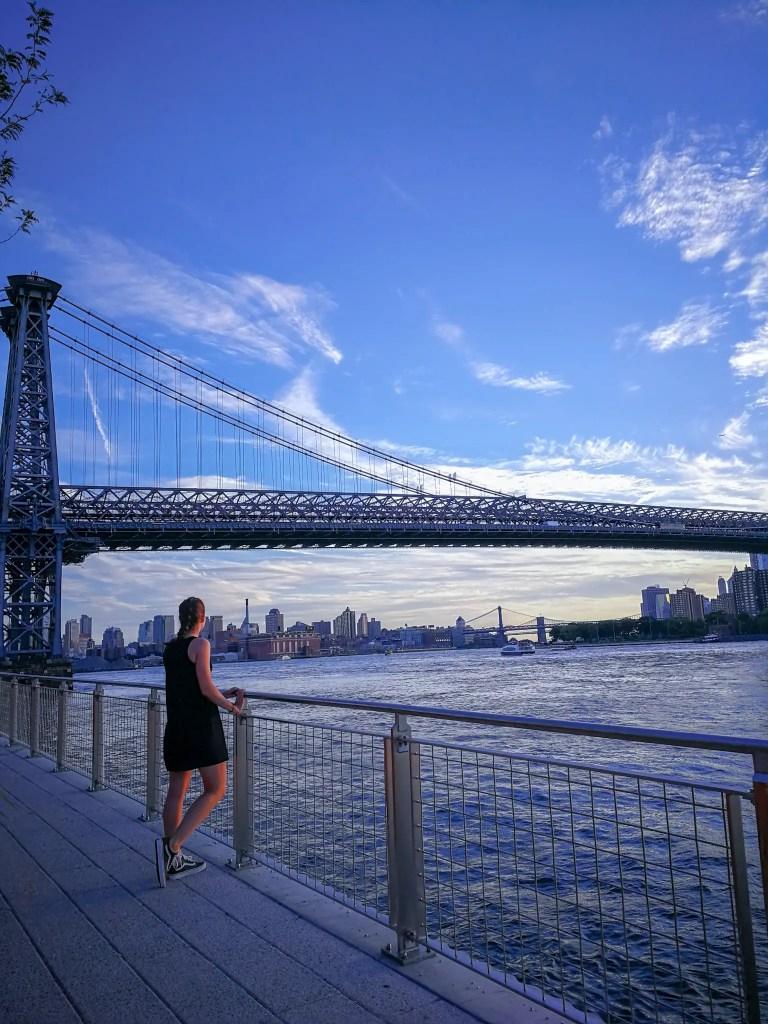 Magnifique image prise à New York de puis le domino Park avec une vue sur le pont de williamsburf