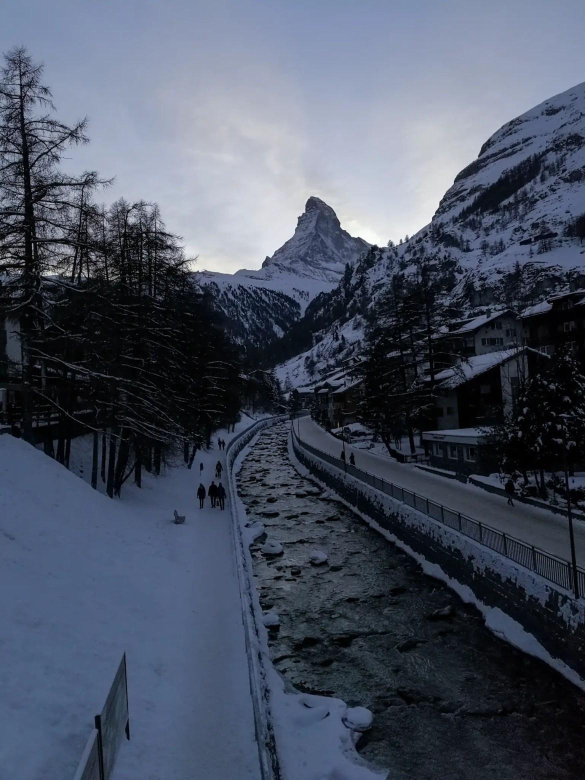 Image de Zermatt en suisse qui montre le Cervin et aussi de belles couleurs