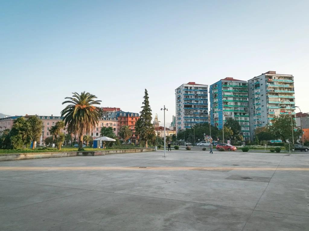 Une image qui montre les différents styles d'immeubles présent à Batumi en Géorgie.