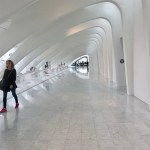 Milwaukee Art Museum: The sculpted long hallway off of main Windover Hall leads to the galleries and the gift shop. (Photo credit: Suzanne Ball. All rights reserved.)