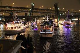City at Christmas: Seattle boat owners decorate their vessels and join the parade each evening in December. (Photo credit: Pixabay)