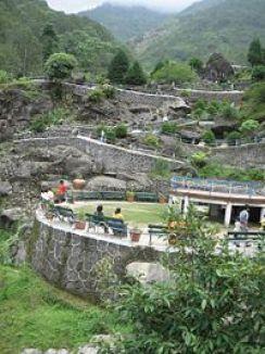 https://upload.wikimedia.org/wikipedia/commons/thumb/c/c1/Darjeeling_Rock_Garden.jpg/200px-Darjeeling_Rock_Garden.jpg