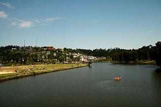https://upload.wikimedia.org/wikipedia/commons/thumb/8/8a/Mirik_Sumendu_Lake.jpg/320px-Mirik_Sumendu_Lake.jpg